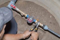 Il Master collega i montaggi dell'impianto idraulico Immagini Stock Libere da Diritti