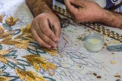 Il Master fa i mosaici artistici Mosaico in Giordania Immagini Stock Libere da Diritti