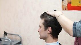 Il Master fa l'uomo dell'acconciatura Processo di Hairstyling stock footage