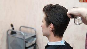 Il Master fa l'uomo dell'acconciatura Processo di Hairstyling archivi video