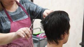 Il Master fa l'uomo dell'acconciatura Processo di Hairstyling video d archivio