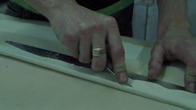 Il Master ha tagliato la tappezzeria bianca dell'interno dell'automobile video d archivio