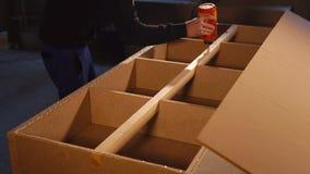 Il Master sta applicando una colla della mobilia su un fascio di legno di pezzo in lavorazione in un'officina archivi video