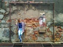 """Il materiale illustrativo della parete ha chiamato """"il fratello e la sorella su un'oscillazione """" fotografia stock libera da diritti"""