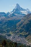 Il Matterhorn che torreggia sopra Zermatt Fotografie Stock Libere da Diritti