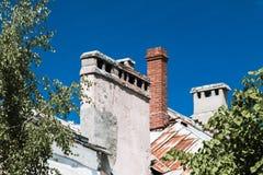 Il mattone convoglia sul tetto di vecchia costruzione Fotografia Stock Libera da Diritti