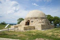 Il mausoleo nordico nel museo in Bolgar in Russia nella Repubblica di Tatarstan Albero nel campo immagini stock libere da diritti