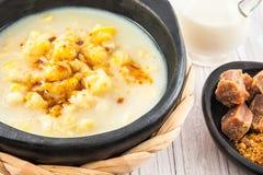 Il mazamorra colombiano del cereale è servito nel DIS ceramico nero fotografie stock libere da diritti