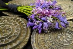Il mazzo con la foresta variopinta fiorisce su fondo con il vecchio Orn Fotografia Stock