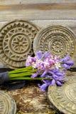 Il mazzo con la foresta variopinta fiorisce su fondo con il vecchio Orn Fotografia Stock Libera da Diritti