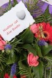 Il mazzo dei fiori con la carta mormora gli IST muore Beste in tedesco Immagine Stock Libera da Diritti