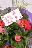 Il mazzo dei fiori con la carta mormora gli IST muore Beste in tedesco Fotografia Stock
