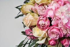 Il mazzo dei fiori si chiude su Bello collage della foto per la celebrazione della carta e di progettazione floreale Immagine Stock