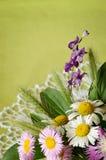 Il mazzo dei fiori sopra lavora all'uncinetto il centrino Immagine Stock Libera da Diritti