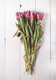Il mazzo dei tulipani sui bordi bianchi per la festa Fotografie Stock Libere da Diritti