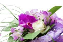 Il mazzo dell'orchidea viola e del bianco è aumentato Fotografie Stock Libere da Diritti