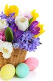 Il mazzo della sorgente fiorisce in cestino con le uova Fotografie Stock