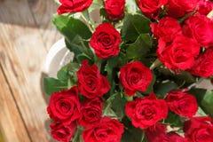 Il mazzo delle rose rosse in un vaso Fotografia Stock
