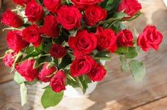 Il mazzo delle rose rosse in un vaso Fotografia Stock Libera da Diritti