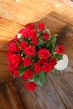 Il mazzo delle rose rosse in un vaso Immagini Stock