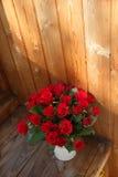 Il mazzo delle rose rosse in un vaso Fotografie Stock