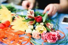 Il mazzo di bella molla fiorisce nell'interno, fine su, per le donne al giorno del ` s del biglietto di S. Valentino Fotografia Stock