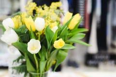 Il mazzo di bella molla fiorisce nell'interno, fine su, per le donne al giorno del ` s del biglietto di S. Valentino Immagine Stock Libera da Diritti