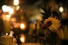 Il mazzo di bella molla fiorisce nell'interno, fine su, per le donne al giorno del ` s del biglietto di S. Valentino Immagini Stock