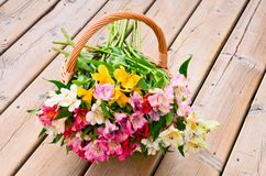 Il mazzo di bello alstroemeria fiorisce in i bas Fotografie Stock Libere da Diritti