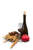 Il mazzo di campo diserba con la bottiglia, bicchiere di vino Fotografia Stock Libera da Diritti