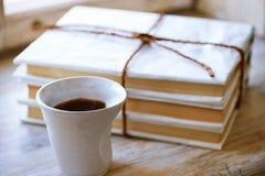 Il mazzo di libri si è riferito alla corda con il coffe della tazza Fotografia Stock