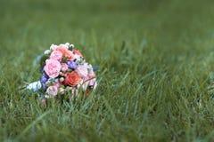 Il mazzo di nozze con le rose ed il viburno rosa sboccia fotografie stock