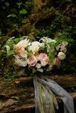 il mazzo di nozze di Fine-arte nel giardino contro un fondo delle pietre, un mazzo dei fiori fornisce il contesto per nozze due fotografie stock