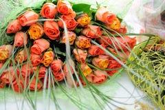 Il mazzo di piccole rose ha decorato le foglie verdi Fotografia Stock