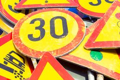 Il mazzo di segnali stradali ha impilato la post-utilizzazione Fotografia Stock Libera da Diritti
