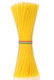 Il mazzo di spaghetti italiani ha legato il owith un cavo Immagine Stock