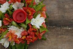 Il mazzo disposizione di Astromeria di alstromeria dei fiori di bella ha isolato il fondo di legno rustico Fotografia Stock Libera da Diritti