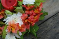 Il mazzo disposizione di Astromeria di alstromeria dei fiori di bella ha isolato il fondo di legno rustico Immagine Stock