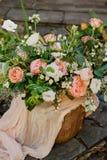 il mazzo luminoso di nozze di Alstroemeria dell'estate e delle rose David Austin sta su un negozio di regalo di legno immagini stock