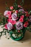 Il mazzo ricco di eustoma e di rose rosa fiorisce, mazzo fresco disponibile della molla della foglia verde Fondo di estate compos fotografie stock