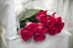 Il mazzo rosa delle rose sopra la sedia bianca Vista superiore con lo spac della copia Fotografie Stock Libere da Diritti