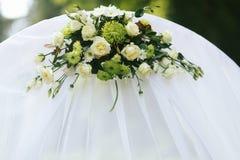 Il mazzo verde e bianco abbellisce un altare bianco di nozze Immagini Stock
