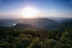 Il meandro del fiume europeo Labe dall'allerta Varhost del metallo nel tramonto di sera di primavera nella zona turistica ceca ha Fotografie Stock