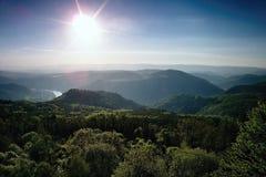 Il meandro del fiume europeo Labe dall'allerta Varhost del metallo nel tramonto di sera di primavera nella zona turistica ceca ha Fotografia Stock
