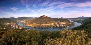 Il meandro ha nominato Porta Bohemica in valle del fiume europeo Elba quando viewes dall'allerta di kamen di Mlynaruv in montagne Immagini Stock