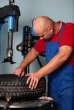 Il meccanico ripara la gomma Fotografia Stock Libera da Diritti