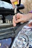 Il meccanico smonta le parti dell'automobile Immagine Stock Libera da Diritti