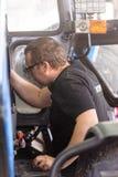 Il meccanico sta riparando il trattore utilizzato nell'agricoltura Fotografia Stock Libera da Diritti