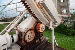 Il meccanismo di rotazione del radiotelescope russo per studiare i pulsar Fuoco sul meccanismo di ingranaggio Fotografie Stock