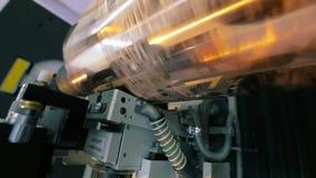 Il meccanismo di stampa sulla carta da parati Torchio tipografico moderno per la carta da parati stock footage